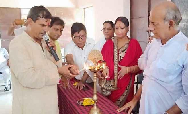 नरकटियागंज स्थित उच्चत्तर माध्यमिक विद्यालय के केदार प्रसाद सभागार में संस्कृत दिवस सप्ताह का आयोजन