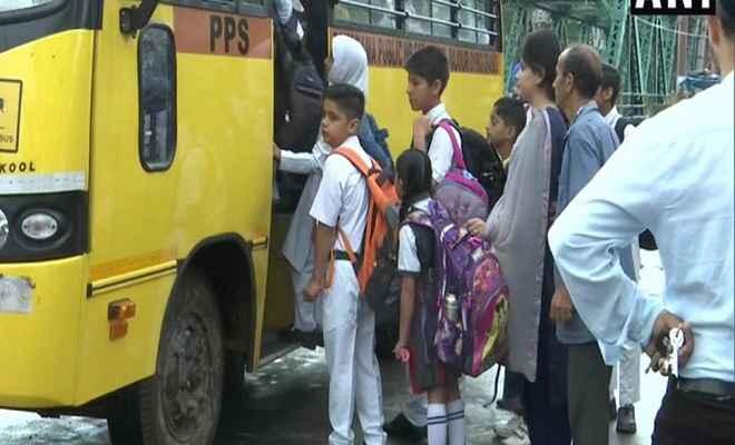 कड़ी सुरक्षा के बीच कश्मीर घाटी में खुले स्कूल एवं सरकारी कार्यालय, स्कूलों में बच्चों की संख्या फिलहाल कम