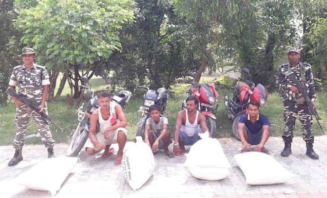रक्सौल में एसएसबी ने काली मिर्च के साथ तस्करी के आरोप में नेपाल के चार गिरफ्तार, चार बाइक भी जब्त