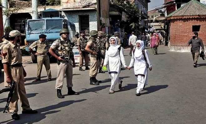 कश्मीर में धीरे-धीरे पटरी पर लौट रहा आम जनजीवन, प्रशासन ने घाटी के माध्यमिक स्कूलों को भी खोले