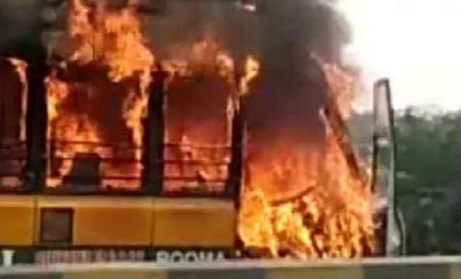 शार्ट सर्किट से स्कूल बस में लगी आग, लपटों के बीच बच्चों को सुरक्षित निकाला गया