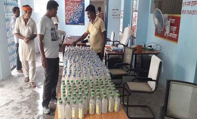 पताही पुलिस ने पांच सौ बोतल लेमन फ्लेवर नेपाली कस्तूरी शराब की जब्त, माफिया फरार