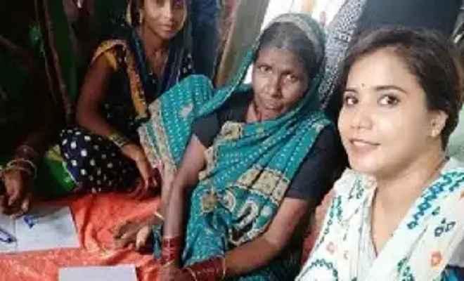 प्राथमिक विद्यालयों के लिए मिसाल बनी प्रधानाध्यापिका ऋचा सिंह, बच्चों के साथ ही उनके माताओं को बनाती है साक्षर
