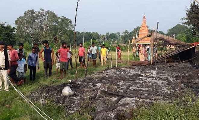 मंदिर परिसर में झोपड़ी को पेट्रोल बम से उड़ाया, माओवादी के नाम से लिखा पर्ची मिलने से लोगों में दहशत