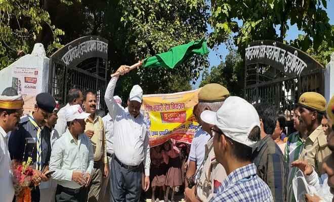 संचारी रोग नियंत्रण अभियान कुशीनगर में हुई शुरू, जिलाधिकारी ने वाहनों को हरी झंडी दिखाकर किया रवाना