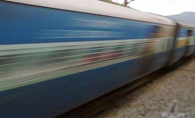 अपराधियों ने लूट का विरोध करने पर ट्रेन से शिक्षक को फेंका, इलाज के दौरान मौत