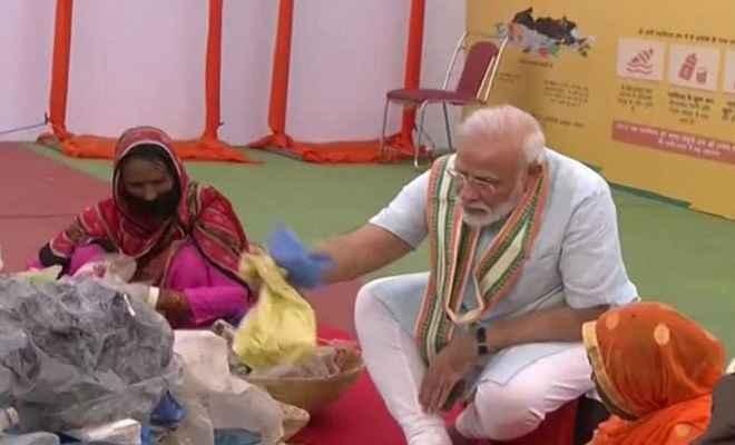 मथुरा में प्रधानमंत्री मोदी ने कचरा बीनकर सिंगल यूज प्लास्टिक मुक्ति का किया आह्वान