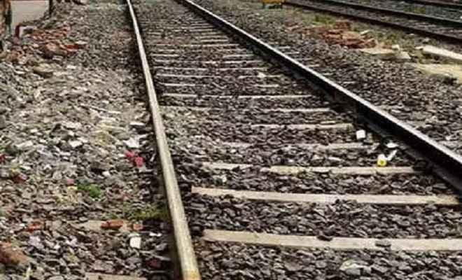 नवजात के साथ पटरी पर गिरी महिला, ट्रेन की चपेट में आने से दोनों की मौत