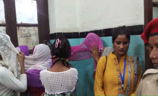 असम पुलिस ने मोतिहारी के कोटवा व पीपराकोठी में रेड कर ऑकेस्ट्रा संचालकों को पकड़ा, कई लड़कियां हुई मुक्त