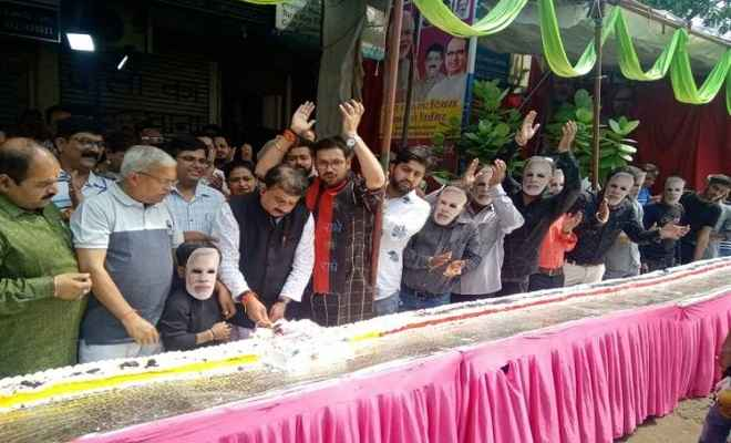 पीएम मोदी के जन्मदिन का जश्न शुरू, पूर्व संध्या पर भोपाल में काटा 69 फीट का केक