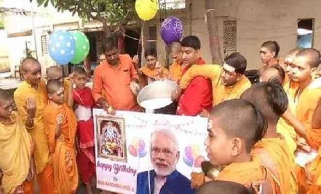 पटना में दिखा प्रधानमंत्री मोदी के जन्मदिन का उत्साह, लोगों ने दूध से किया तस्वीर का अभिषेक
