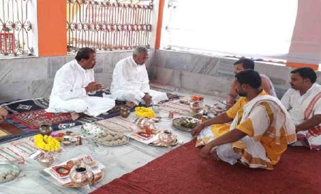 बिहार के राज्यपाल फागू चौहान ने पितरों की आत्मा के लिए किया पिंडदान