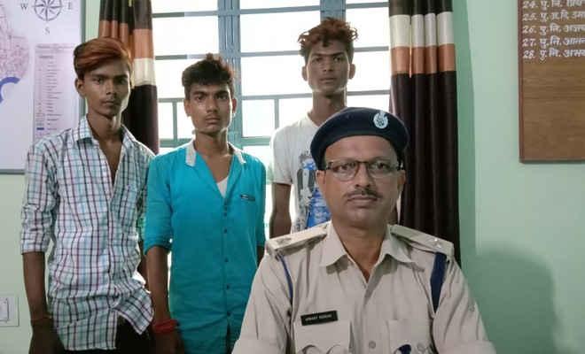 मोतिहारी में नगर परिषद वाहन पार्किंग से तीन युवकों को झपटमारी के संदेह में लोगों ने पकड़ा, गिरफ्तार