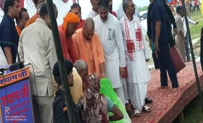 मुख्यमंत्री योगी ने बलिया में बाढ़ग्रस्त क्षेत्र का किया हवाई सर्वेक्षण, बाढ़ पीड़ितों को दी सामग्री