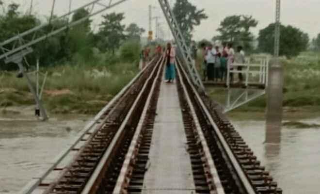 नरकटियागंज-गोरखपुर रेलखण्ड परिचालन बाधित, तीन दिन से भारी वर्षा