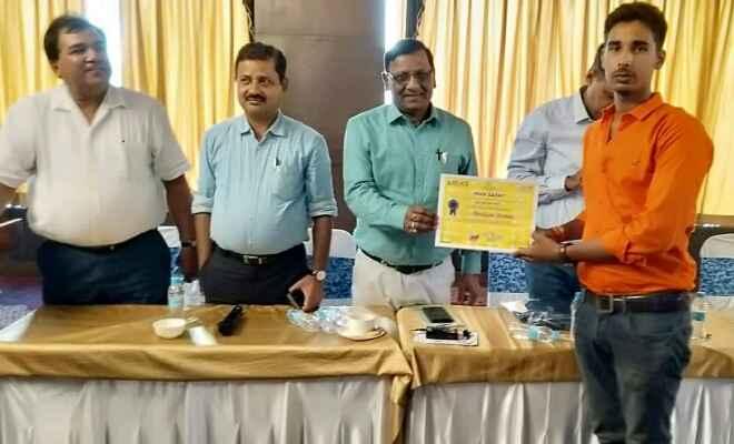 बिहार विश्वविद्यालय का प्रदेश स्तर पर प्रतिनिधित्व करने पर रविकांत पांडे को प्राचार्य ने दी बधाई