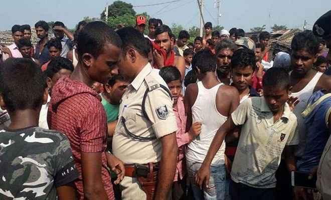 बम विस्फोट से दहला गांव, एक व्यक्ति समेत कई मवेशियों की मौत, जांच में जुटी पुलिस