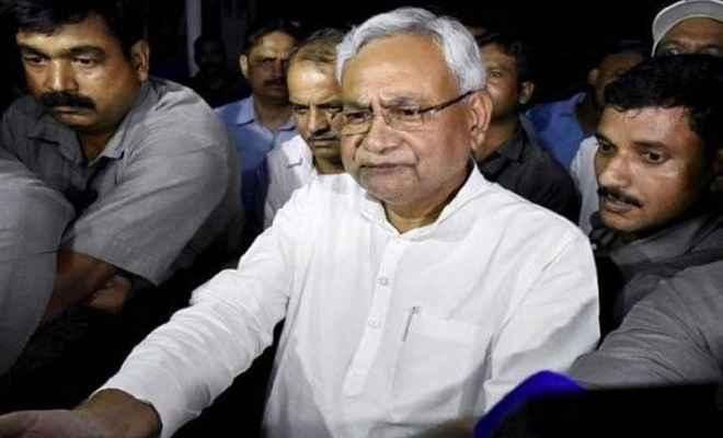 मुजफ्फरपुर में मुख्यमंत्री नीतीश कुमार का विरोध, कार पर फेंकी स्याही, दिखाए काले झंडे