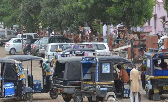 सड़कों पर वाहनों की पॉर्किंग कर दिये जाने के कारण लगा जाम, लोग परेशान