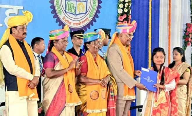बेटियों को गोल्ड मेडल देकर गदगद हुए राष्ट्रपति रामनाथ कोविंद, कहा-झारखंड में बेस्ट टैलेंट
