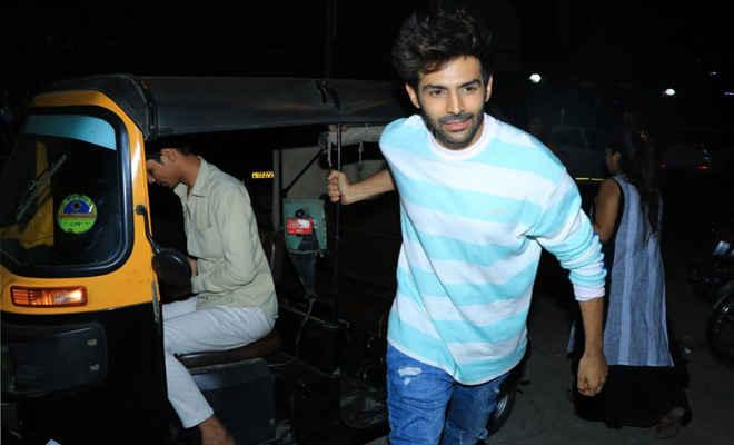मुंबई में ऑटो में सवारी करते हुए दिखे अभिनेता कार्तिक आर्यन