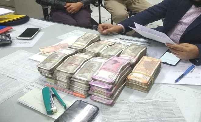 दिल्ली मेट्रो में यात्री से 25 लाख रुपये बरामद, पूछताछ जारी