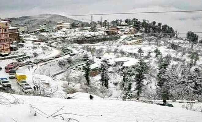 कश्मीर घाटी और जम्मू क्षेत्र के पहाड़ी इलाकों में ताजा बर्फबारी से जनजीवन अस्त-व्यस्त