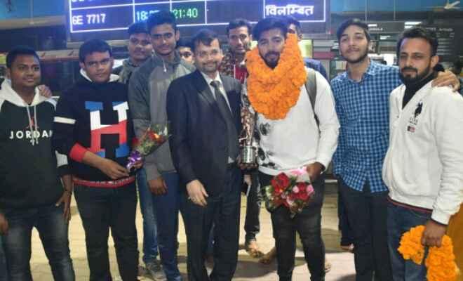 विराट कोहली के हाथों सम्मानित होने वाले बिहारी क्रिकेटर अपूर्व आनंद का पटना एयरपोर्ट पर हुआ भव्य स्वागत