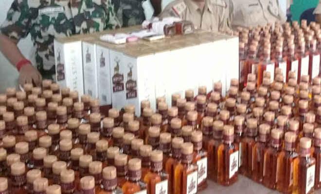 नेपाली शराब के साथ रक्सौल बॉर्डर पर एसएसबी ने तस्करी के आरोप में दो को गरफ्तार किया, पुलिस को सौंपा