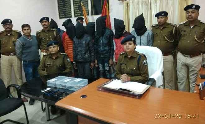 बेतिया पुलिस ने 3 देसी कट्टा 7 जिंदा कारतूस 4 मोबाइल समेत 7 को किया गिरफ्तार