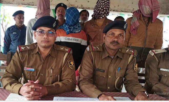 मोतिहारी के बंजरिया में दवा दुकानदार की हत्या के मामले में पुत्रवधू सहित 5 गिरफ्तार, एक कृष्णनगर निवासी, कारतूस व आर्म्स जब्त