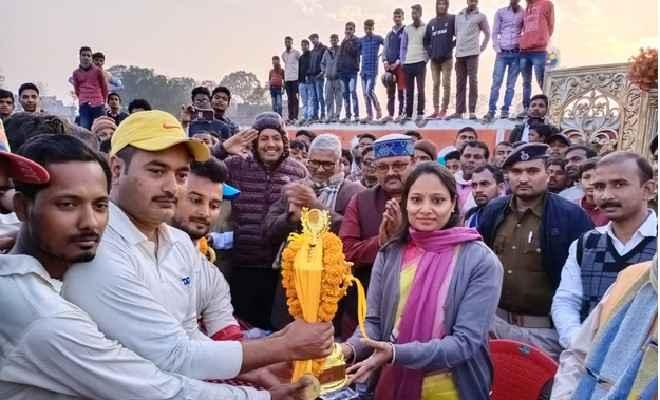 लौरिया में क्रिकेट टूर्नामेंट का आयोजन, जहानाबाद की टीम ने मारी बाजी