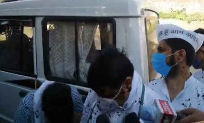 हाथरस कांड: पीड़ित परिवार से मिलने पहुंचे आप सांसद संजय सिंह पर फेंकी गई स्याही
