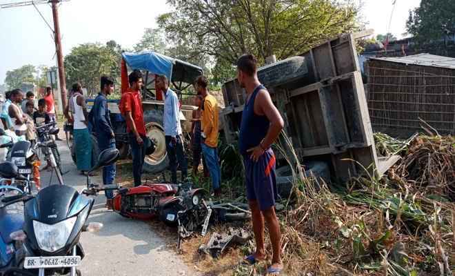 चकिया एनएच 28 पर सड़क दुर्घटना में  मुजफ्फरपुर निवासी युवक की मौत, बाइक सवार को बचाने में मिट्टी लदा ट्रैक्टर पलटा