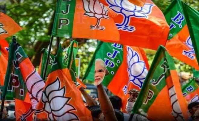 प्रधानमंत्री नरेंद्र मोदी के आह्वान पर दिल्ली भाजपा ने रेड लाइट पर बैनर और प्लेकार्ड के माध्यम से कोरोना से बचाव के लिए किया जागरूक