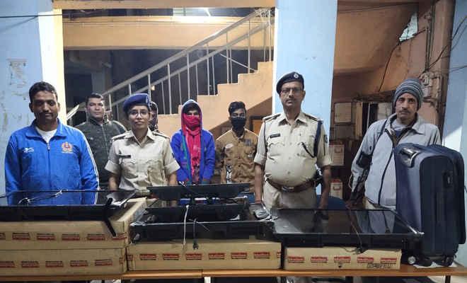 ढाका थाना पुलिस ने चोरी के 10 एलसीडी, दो लैपटॉप के साथ तीन लोगों को किया गिरफ्तार, छापेमारी में शराब कारोबारी भी गिरफ्तार