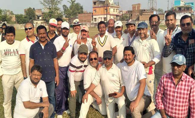 महापर्व छठ की समाप्ति के बाद जमा हुए जिले के वरिष्ठ क्रिकेट खिलाड़ी, हुआ फैंसी क्रिकेट मैच का आयोजन