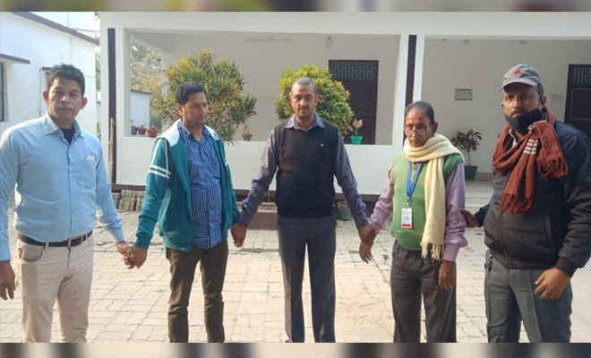निगरानी की टीम ने मोतिहारी डीटीओ कार्यालय से डेटा ऑपरेटर व प्रधान सहायक को किया गिरफ्तार, टीम ने कहा- 39 हजार रुपए लेते रंगे हाथ दबोचा गया