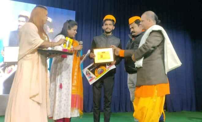 चिरैया प्रखंड के भलुअहिया गांव निवासी आदर्श सिंह को पटना में बिहार रत्न से किया गया सम्मानित