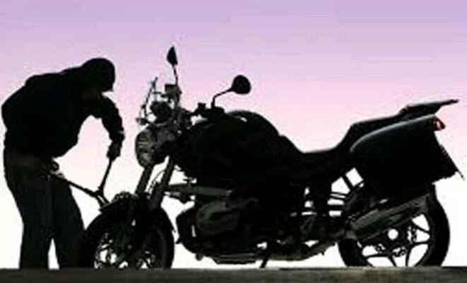 नरकटियागंज में बाइक चोरों का हौसला बुलंद, बैंक परिसर से उड़ाई बाइक