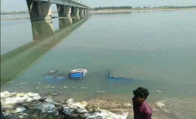 कुशीनगर के नारायणी नदी में ट्रेक्टर-टाली पलटी, कोई नुकसान नहीं