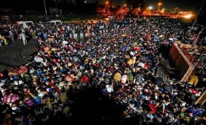 दिल्ली से नहीं रुक रहा पलायन, अपने घर जाने के लिए आनंद विहार पर उमड़े हजारों लोग