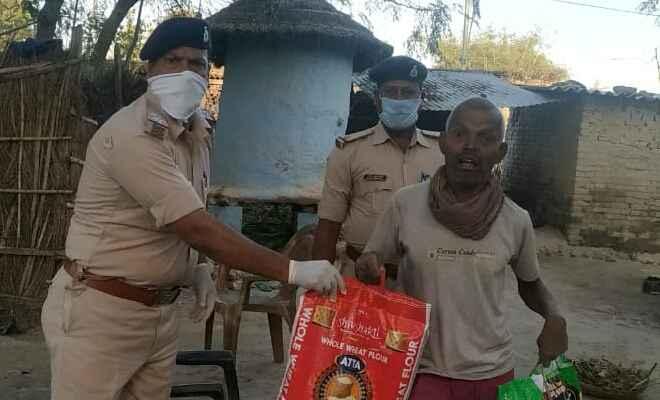 रामगढ़वा थानाप्रभारी ने असहाय लोगो में खाद्य सामग्री का किया वितरण