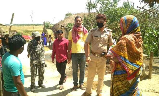 पलनवा थानाध्यक्ष संजीव कुमार सिंह ने महादलित बस्ती में खाद्य सामग्री का किया वितरण