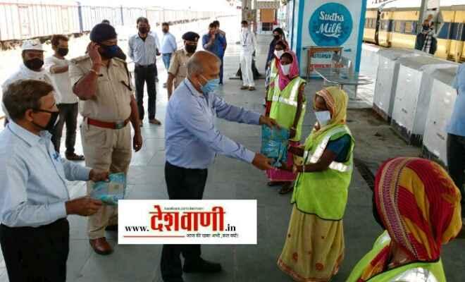 रक्सौल स्टेशन पर डीआरएम ने सफाईकर्मियों के बीच साड़ी का किया वितरण