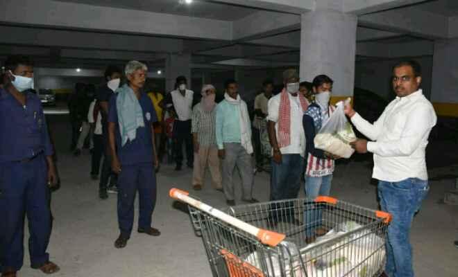 जविपा अध्यक्ष अनिल कुमार ने बिजली विभाग के छोटे कर्मचारियों के बीच बांटा राशन