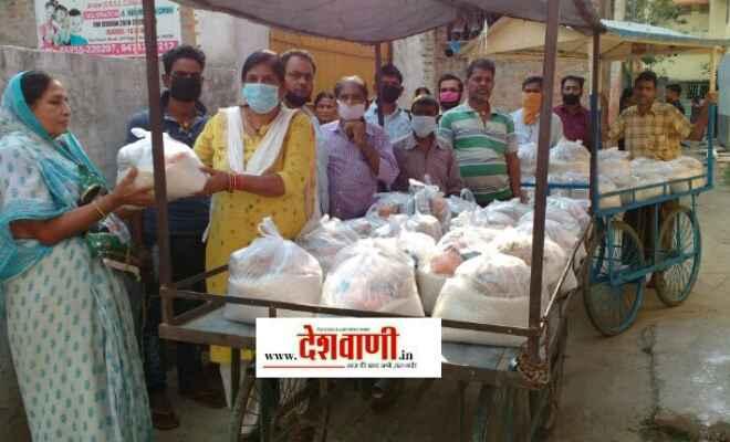 रक्सौल में समाजसेवी पूर्णिमा भारती ने जरूरतमंद के बीच किया राहत सामग्री का वितरण