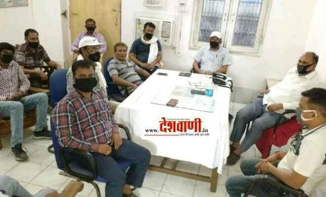 रक्सौल स्टेशन परिसर में रेल पदाधिकारियों ने बैठक का किया आयोजन, स्टेशन के आसपास के लोगो को कराया जाएगा भोजन