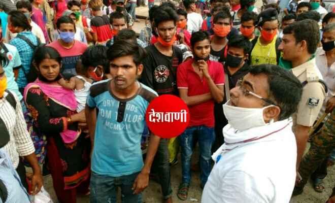 रक्सौल के हजारीमल हाई स्कूल में रह-रहे नेपाली नागरिक एका-एक विरोध करके कैंप से बाहर भाग निकले, अधिकारियों के काफी समझाने के बाद आए वापस