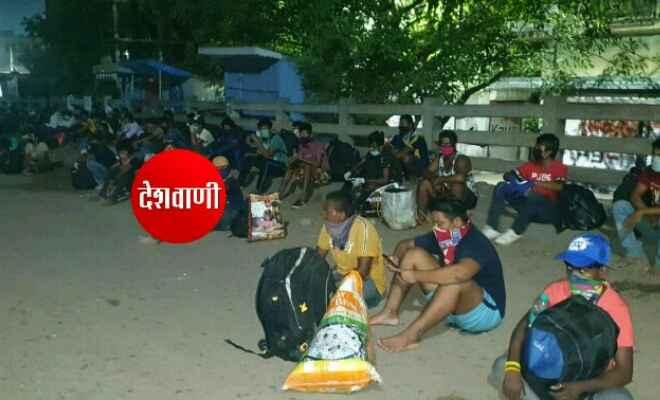 सूरत के कपड़ा मिल में काम करने वाले करीब 63 श्रमिक पहुंचे रक्सौल, सभी हैं नेपाली नागरिक